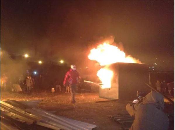 Активісти підпалили паркан біля будівництва на Осокорках