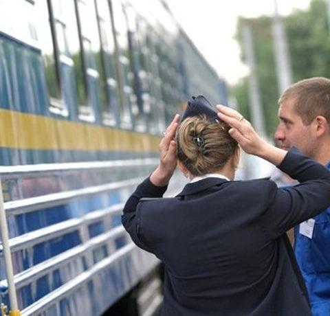 На Львівській залізниці жінку мало не затягло під потяг