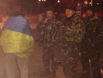 Во Львов товарным поездом вернулось 19 военных из АТО. С командование их никто не встретил