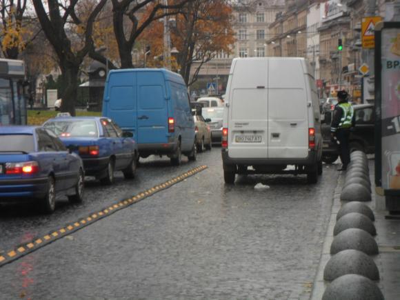 Львівським водіям начхати на смугу для автобусів (ВІДЕО)