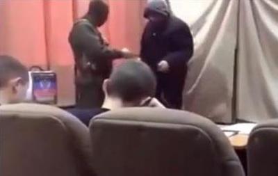 """""""Вибори"""" в ДНР: озброєні люди перевіряли бюлетені у проголосувавших (ВІДЕО)"""