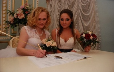 Перший ЛГБТ шлюб, який зареєстрували у Росії