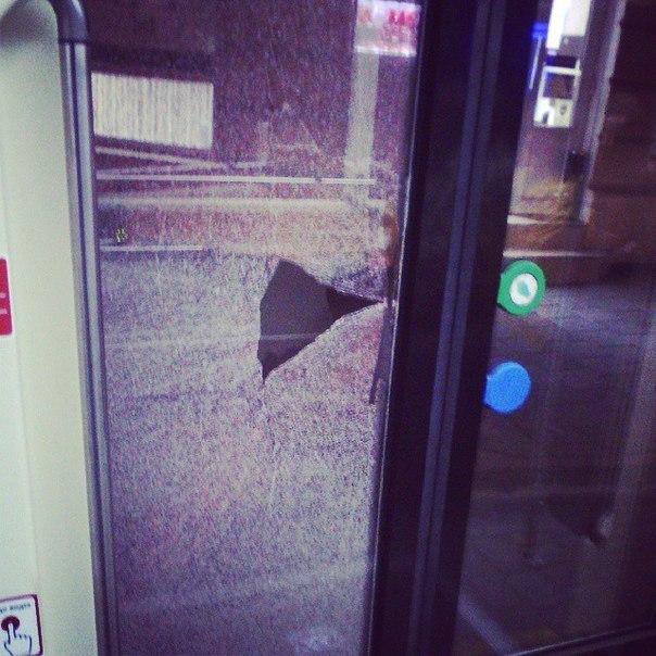 Камінь, що влучив у двері нового трамвая «Електрон», вилетів з-під коліс автомобіля