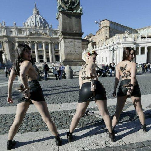 Femen разделись на площади Святого Петра в Ватикане