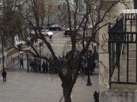 Под Администрацией президента пытались спилить забор (ФОТО)