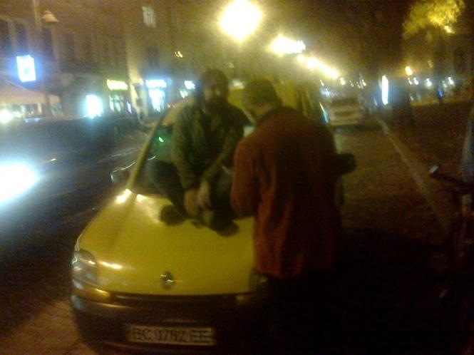 Во Львове мужчина устроил протест против неправильной парковки и вылез на такси (ФОТО)