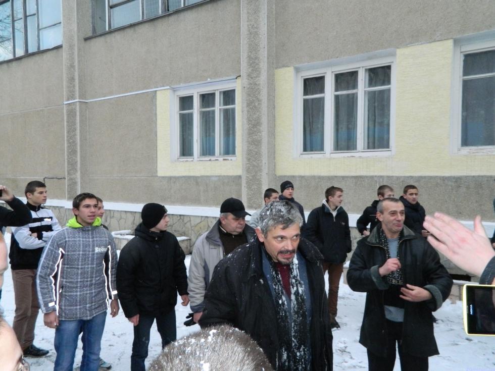 Учні Тернопільського вищого професійного училища №4 зловили свого колишнього директора Федика та кинули у смітник