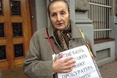 «Мене б'ють, відбирають майно»: у Львові під стінами міліції пікетувала 64-річна жінка