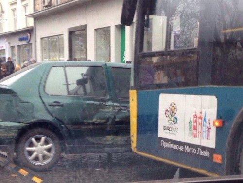 На пр. Свободи у Львові зіткнулись автобус та автомобіль