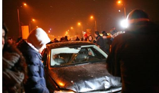 З'явилося відео, як п'яних київських прокурорів після ДТП витягували через вікно