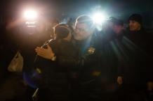 Порошенко зустрів звільнених з полону бійців на військовому аеродромі (ВІДЕО)