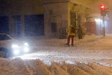 На Миколаївщині в заторі стоять 800 машин, а по Одесі пересуваються на лижах (фото)