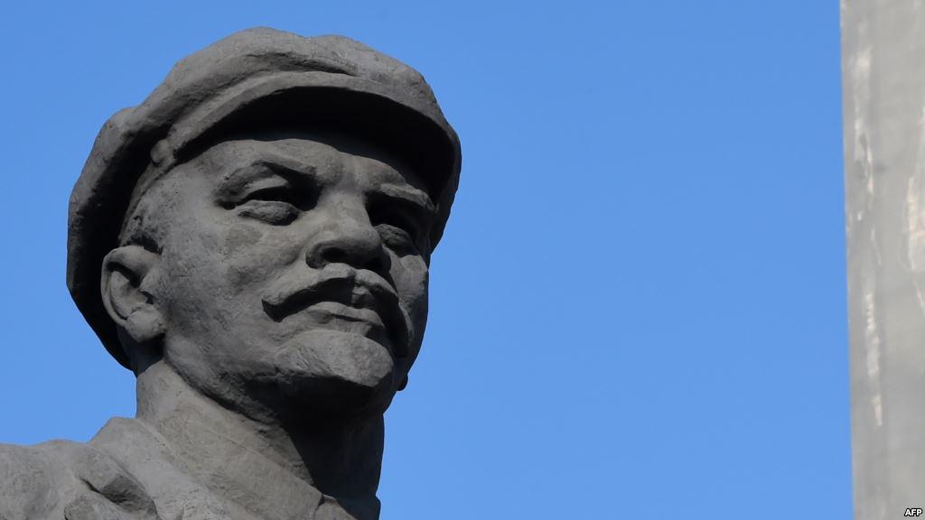 В Новомосковську на Дніпропетровщині знесли Леніна (ВІДЕО)