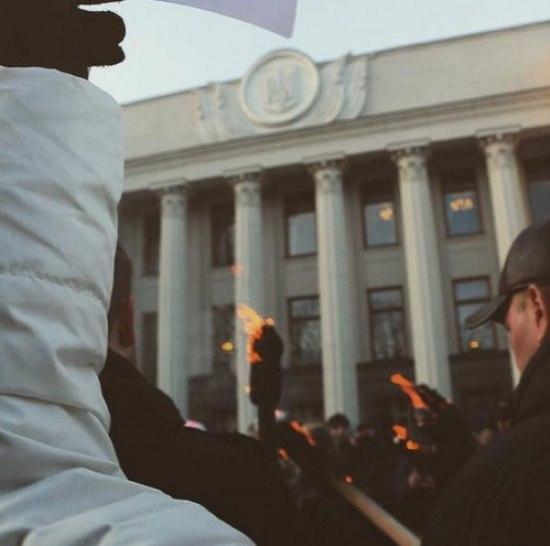 ХРОНИКИ ДНЯ: Под стенами Рады митингующие зажгли факелы