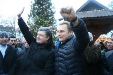 ФОТОФАКТ: Львів'яни в очікуванні Порошенка, а в ЛОДА миють підлогу