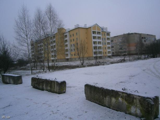 В Яворові навіть у неділю біля довгобуду житлового будинку кипіла робота, бо їде Порошенко