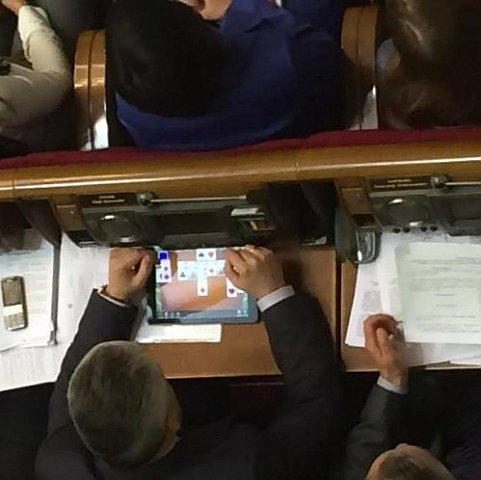 """Під час засідання ВР депутат-""""свободівець"""" бавився у пасьянс"""