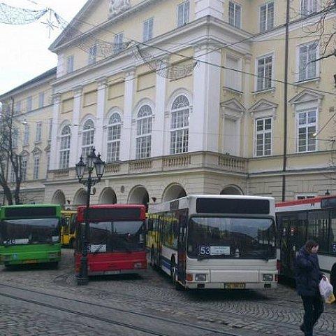 Под горсоветом проходит пикет автобусов