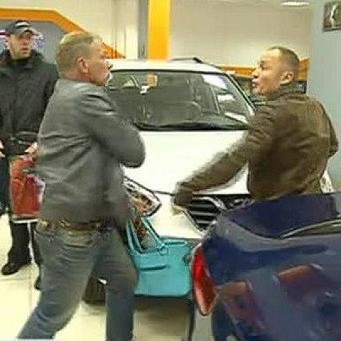 Відвідувачі російського автосалону побилися через машину