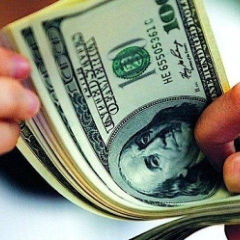 На «чорному ринку» стрімко дешевшає долар