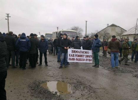 На Львівщині обурені люди перекрили дорогу національного значення