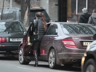 Кошелєва отримала матеріальну допомогу на оренду житла, але їздить Києвом на  Mercedes (Фото)