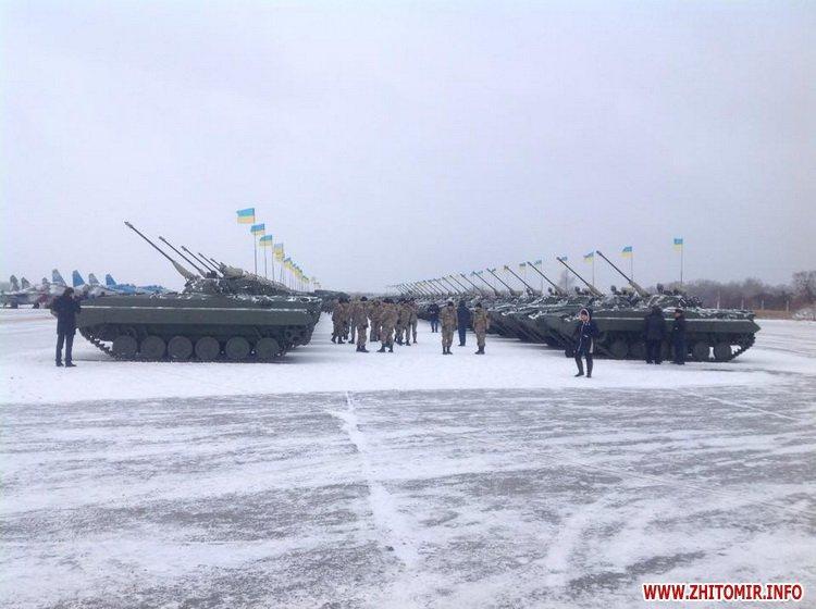 Порошенко передав військовим 150 одиниць техніки, включно з літаками (Фото)