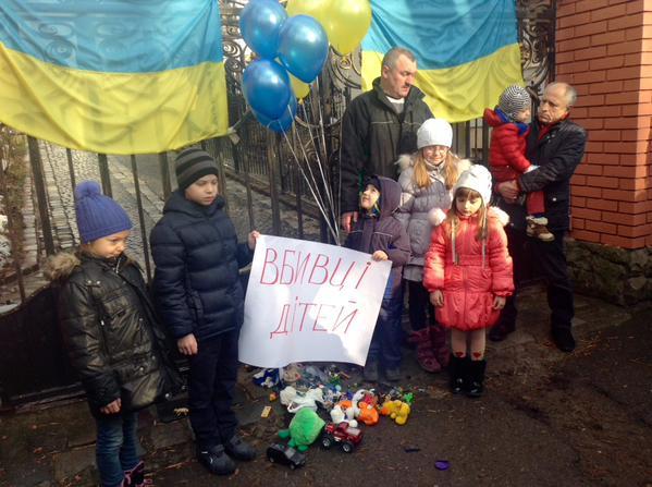 У Львові до російського консульства прийшли активісти з прапорами УНА-УНСО