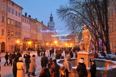 Как в центре Львова праздновали Новый год, вспоминая Путина (фоторепортаж, видео)