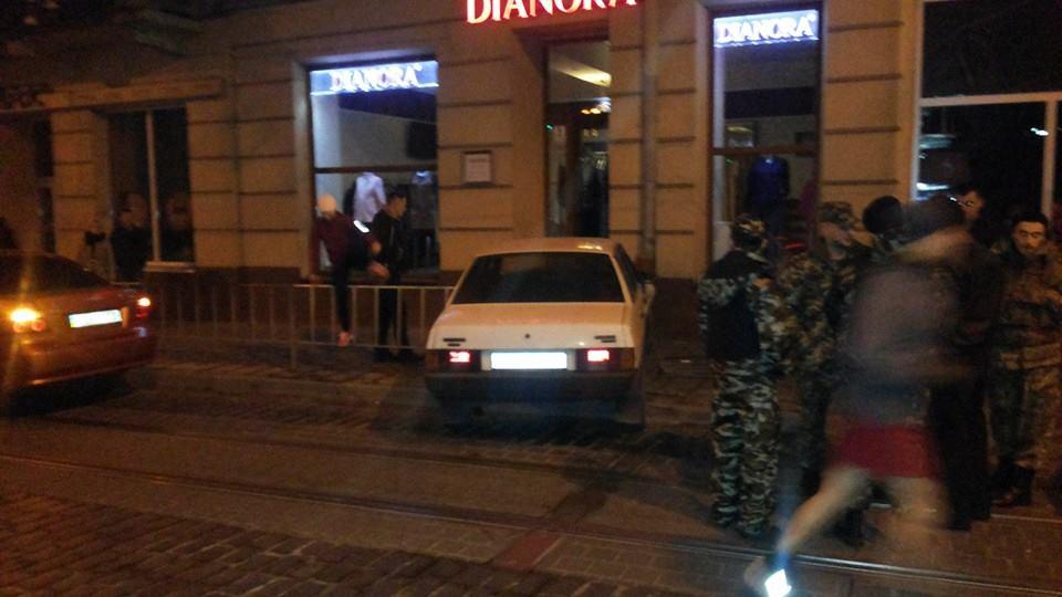 У Львові п'яний водій в'їхав у магазин (Фото)