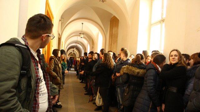 """Студенти створили """"коридор ганьби""""  викладачці -сепаратистці  (відео)"""