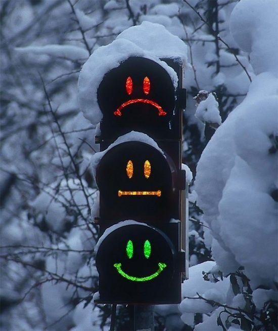 Світлофор на перехресті Зернової – Куліша показує одразу два кольори (відео)