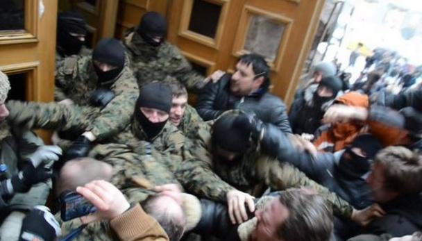 Пикет под мэрией прошел с дракой и слезоточивым газом, четверых задержали (Фото, видео)
