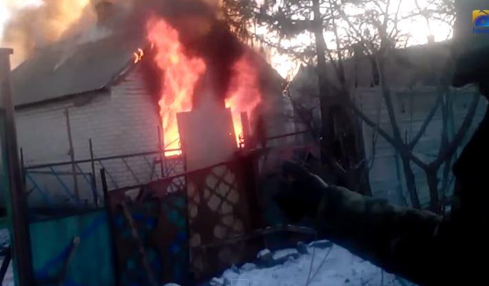 Появилось видео с боевиками-мародерами, которые выносят из горящего дома даже консервы