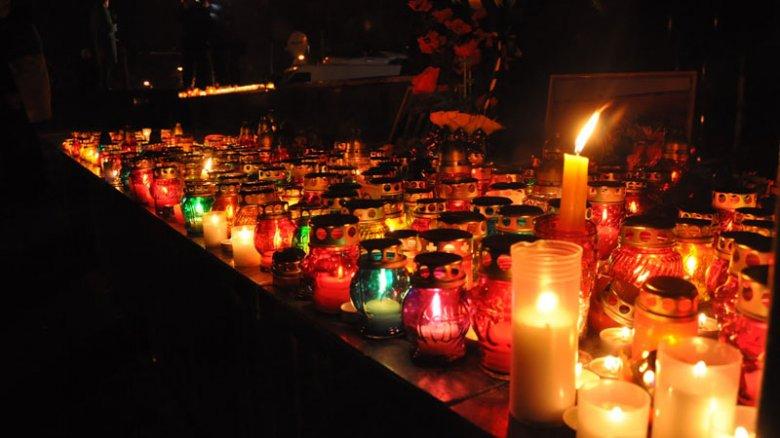 Слезы, цветы и свечи: Львов чтит память Небесной сотни (Фото)