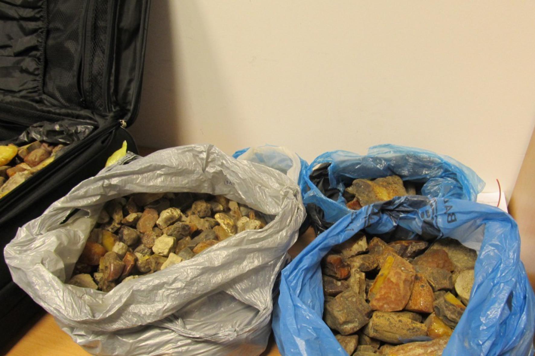 Працівники Львівської митниці ДФС затримали понад 70 кг бурштину