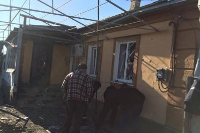 У Маріуполі терористи обстріляли Сартану: пошкоджено 3 будинки, поранений чоловік (ФОТО)