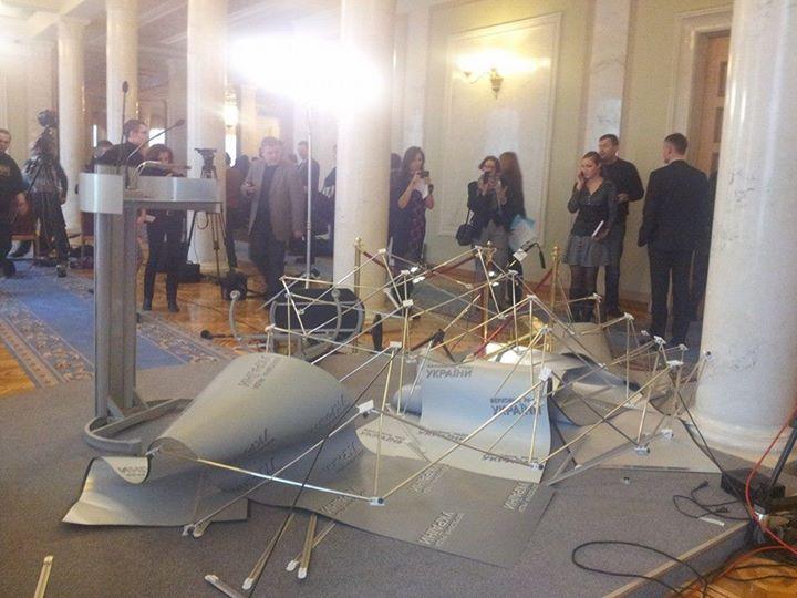 Нова бійка у ВРУ: О. Ляшко та С. Мельничук розбили прес-поінт у ВР (фото, відео)
