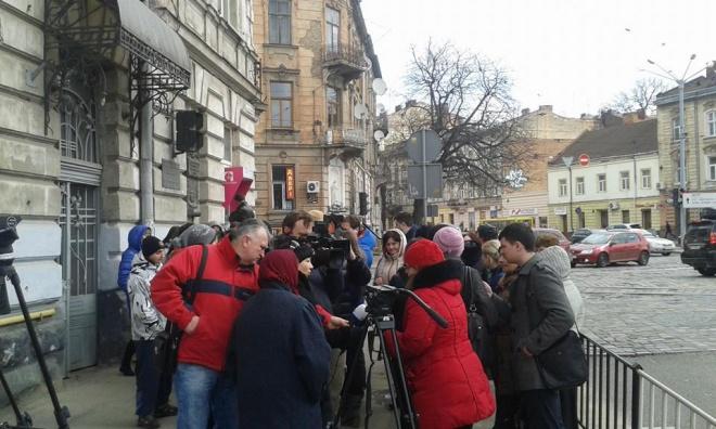 У Львові пільговики мітингують під стінами управління транспорту ЛМР (фото)