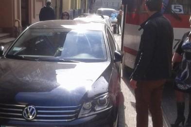 Нехай весь світ зачекає: у Львові водій так припаркувався, що аж заблокував рух трамваїв (ФОТО)