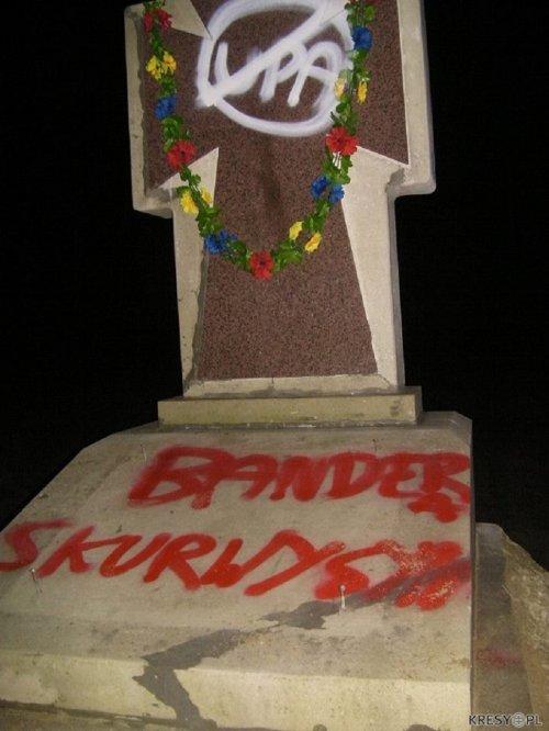 На Львівщині вандали розписали нецензурними словами українські пам'ятники