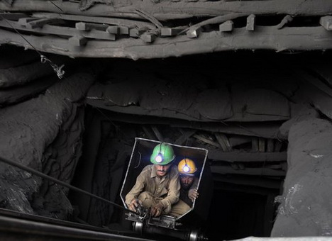 Гройсман повідомив про 32 загиблих внаслідок вибуху на шахті Засядька