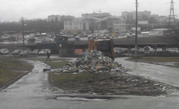 Сміттєвоз вивантажив тонни сміття посеред дороги на Сихові (фото)