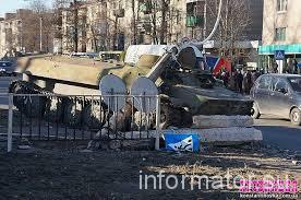 Розлючена юрба оточила казарми ВСУ в Костянтинівці, чутна стрілянина (ФОТО)