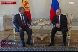 Следите за ногами: пользователи соцсетей не могут поверить в живого Путина (видео)