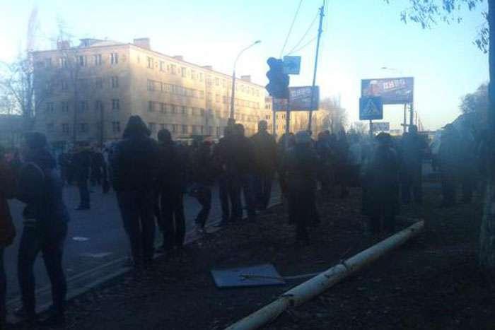 Мешканці Костянтинівки штурмують гуртожиток ЗСУ: б'ють вікна, підпалили будівлю (ВІДЕО)