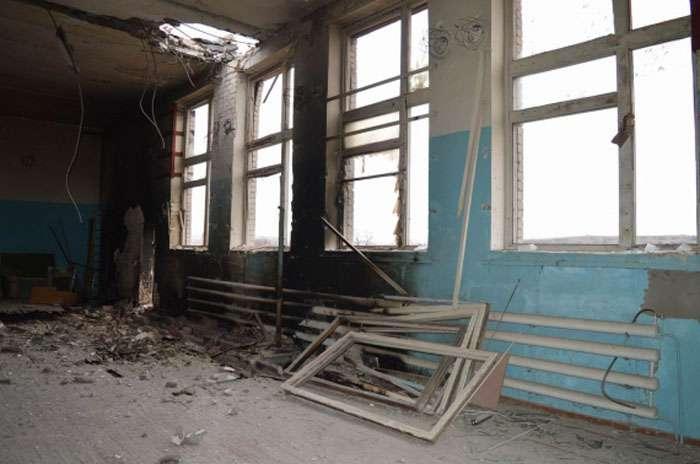 Російські терористи снарядами зруйнували школу в Троїцькому (ФОТО)