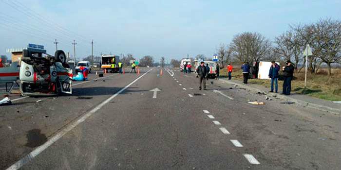 На Львівщині зіткнулися «швидка» та вантажівка, є жертви (ФОТО)