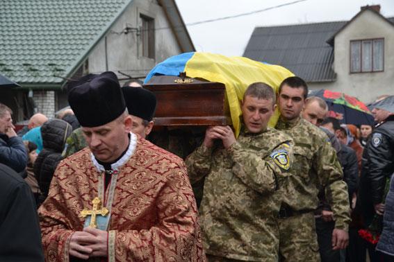 У Яворові поховали героя, який загинув у бою за Дебальцеве (фото)