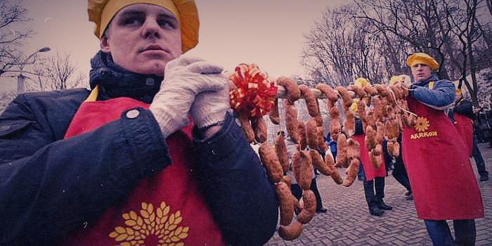 В Пензе на голодных русских с неба бросали колбасу (ВИДЕО)